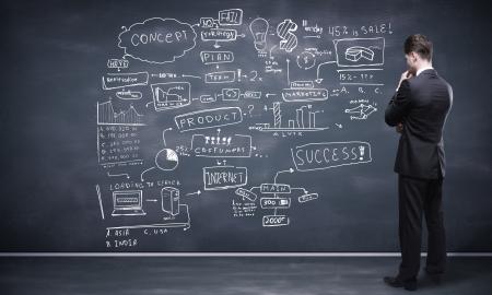 leiderschap: man op zoek naar business-strategie op bord