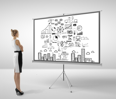 ecran: businesswoman looking at flipchart with business concept