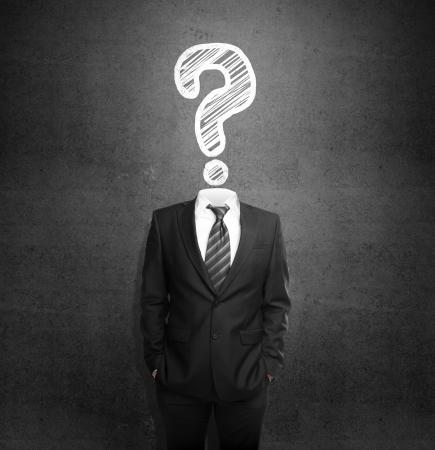 punto interrogativo: gli uomini in piedi con la testa con il disegno domanda
