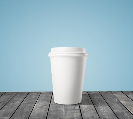 kroes: kopje koffie op houten tafel Stockfoto