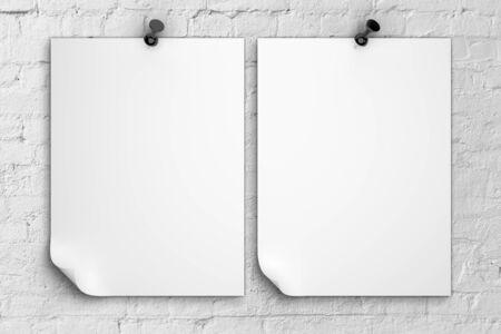 tack board: twoo nota de papel clavado en la pared de ladrillo Foto de archivo