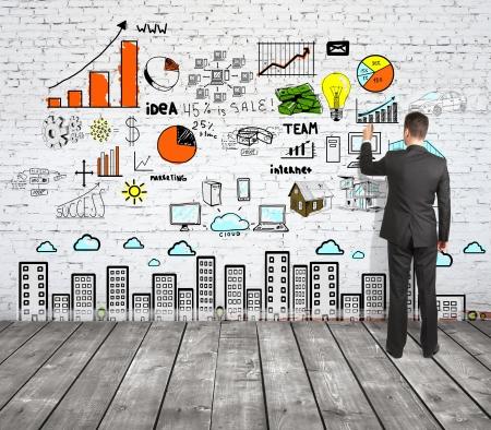 lluvia de ideas: hombre estrategia dibujo en la pared de ladrillo