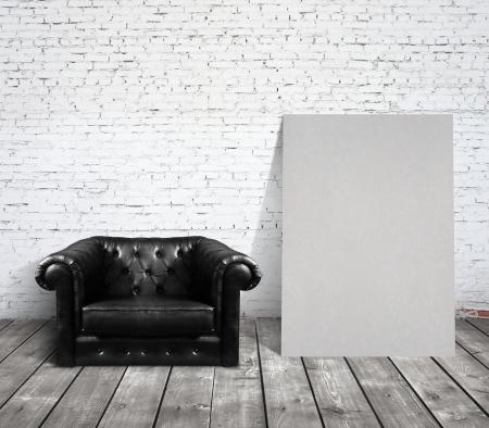 leeg bord: stoel in de kamer en blanco karton Stockfoto