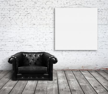 sofá en la habitación y un cartel en la pared