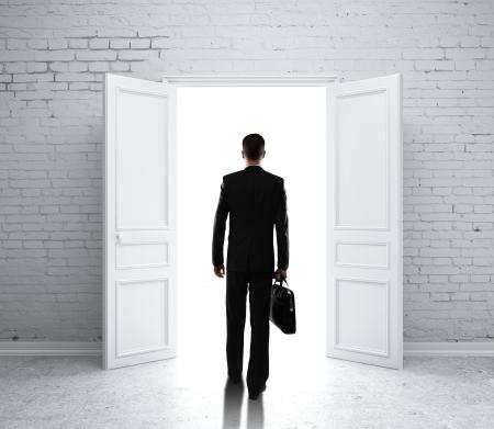 abrir puerta: hombre en la habitaci?n de ladrillo con la puerta abierta