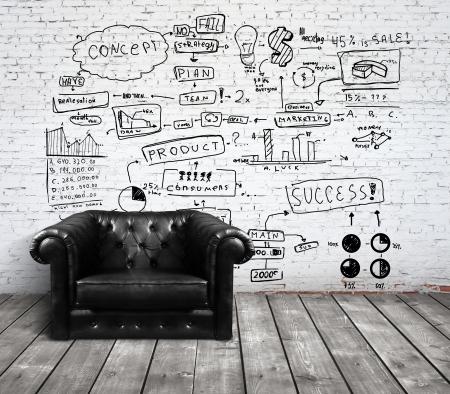 mobilier bureau: chaise en loft avec le dessin de concept sur le mur de brique