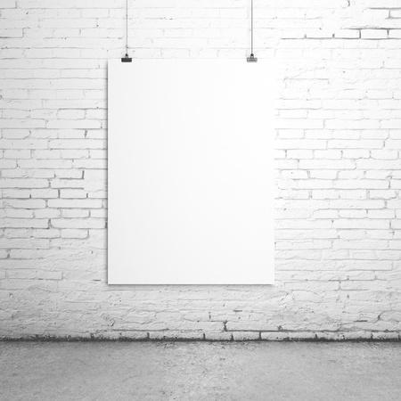 hoja en blanco: blanco Clips de papel en blanco en la habitaci�n de ladrillo