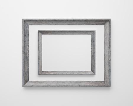 zwei Holzrahmen auf einer weißen Wand