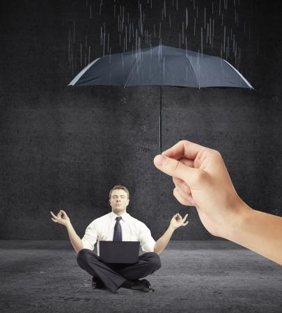 sotto la pioggia: mano di un uomo rilassato con un ombrello si chiude a piovere