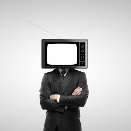 ver television: hombre de negocios con la cabeza de tv sobre fondo gris