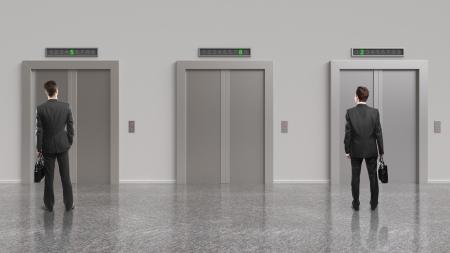 승강기: 두 사업가와 닫힌 문 엘리베이터 스톡 사진