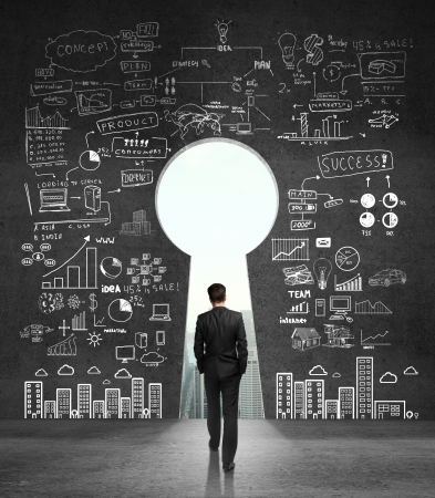 Homme d'affaires marchant un mur en béton ouvert Banque d'images