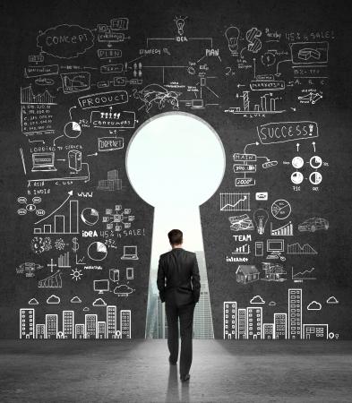 zakenman lopen om open betonnen muur Stockfoto
