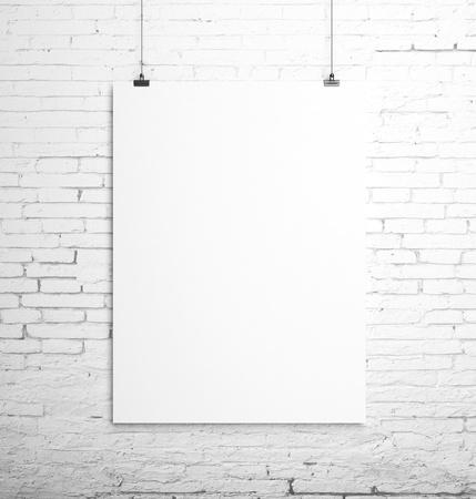 brique: affiche suspendu � une corde et le mur de brique