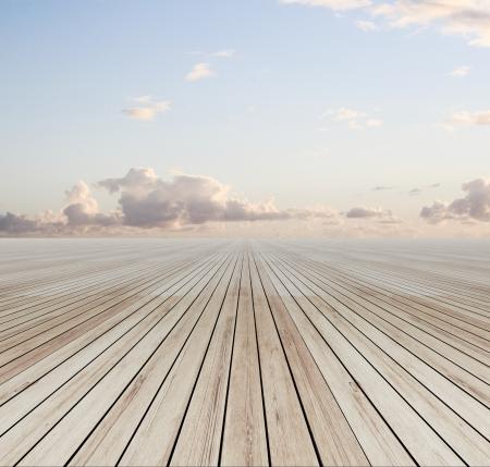 pavimento in legno e cielo blu