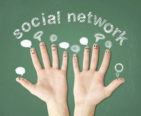 familia unida: las manos en la pizarra verde con bubbletalks dibujo