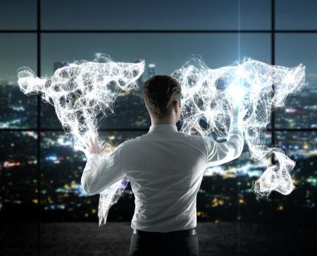 сеть: бизнесмен нажатием карты мира на интерфейсе