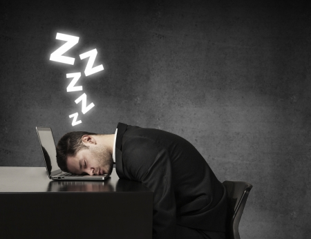 gente durmiendo: joven durmiendo en la computadora port�til