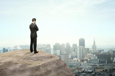 zakenman denken en kijken naar de stad in de verte