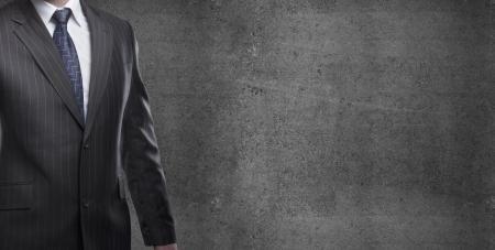 traje: Hombre de negocios en traje sobre un fondo de hormig?