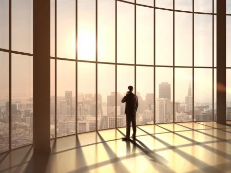 hombre pensando: hombre de negocios hablando en la oficina de la puesta del sol
