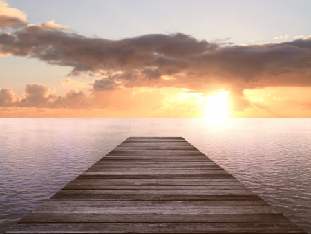 puesta de sol: muelle de madera en una puesta de sol Foto de archivo
