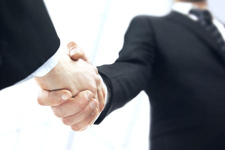 Stretta di mano d'affari su sfondo bianco