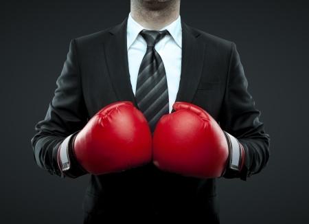 guantes de boxeo: hombre de negocios con guantes de boxeo aislados en negro