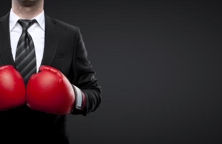 guantes de boxeo: Hombre en guantes de boxeo aislado en negro Foto de archivo