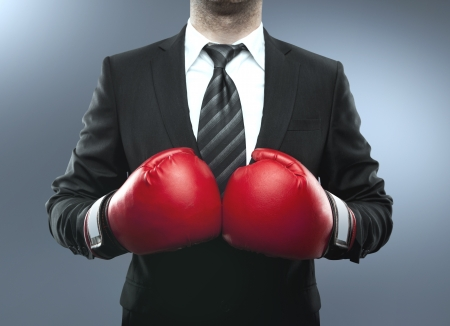 guantes de boxeo: hombre de negocios con guantes de boxeo aislados en azul