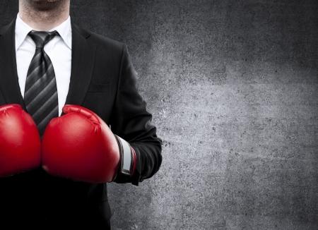 guantes de boxeo: hombre de negocios en guantes de boxeo en el fondo Foto de archivo