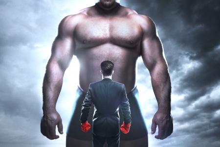 guantes de boxeo: empresario de boxeo contra un hombre muscular grande