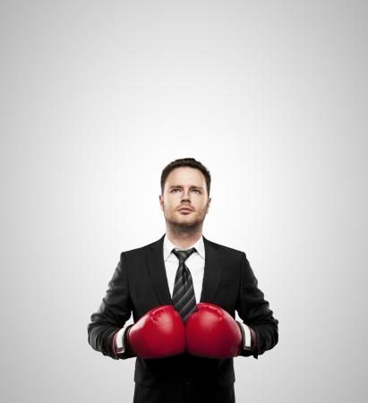 guantes de boxeo: hombre de negocios con guantes de boxeo aislados en blanco