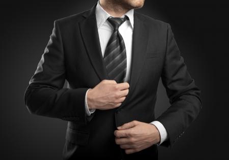 zakenman in pak op een zwarte achtergrond