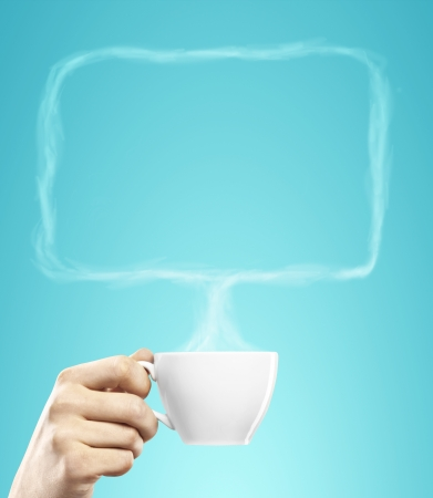 tarde de cafe: taza de café en la mano con la charla burbuja de