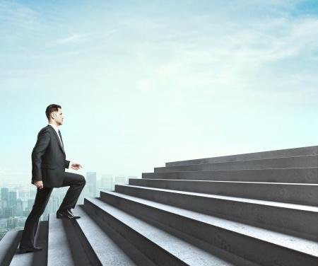 escalera: hombre caminando cerca de la escalera en el cielo Foto de archivo
