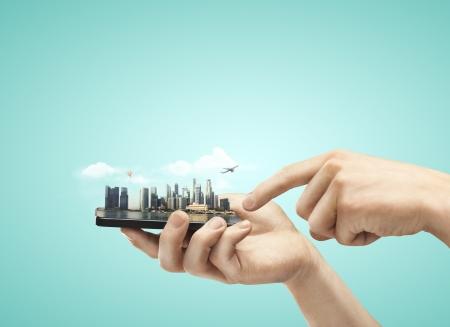hand die mobiele telefoon met model stad