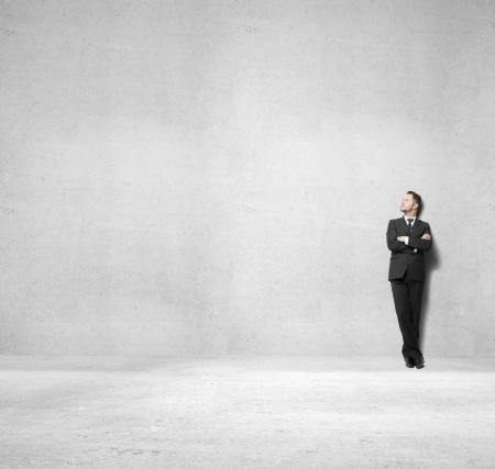podnikatel: podnikatel, stojící na betonové místnosti Reklamní fotografie