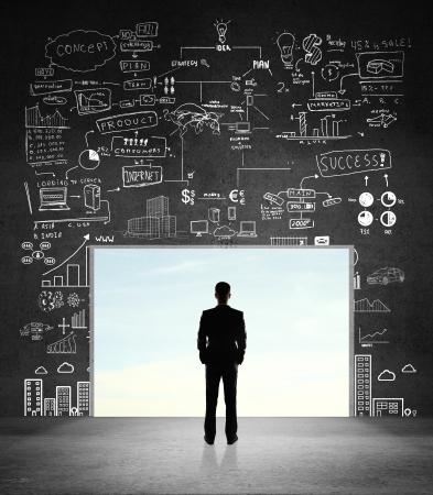 壁に長方形の穴を見ての実業家