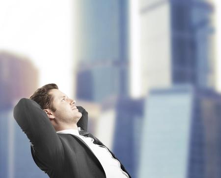 soñando: hombre de negocios sentado en la oficina y el sueño