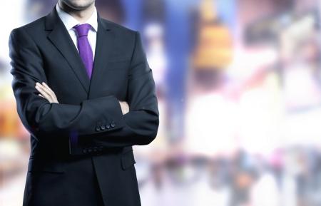 Homme debout en costume et la ville onbackground Banque d'images - 21349562