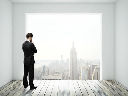 big window: zakenman in de kamer met groot raam