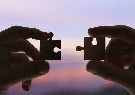 두 손은 퍼즐을 수집