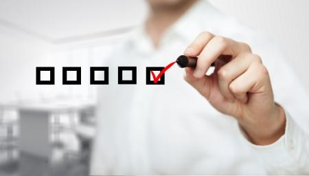 mano casella di controllo di disegno su uno sfondo bianco