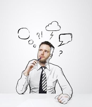 lluvia de ideas: pensamiento del hombre sentado en la mesa de dibujo con la nube