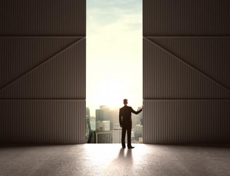 open doors: hombre de negocios abren las puertas a hangar Foto de archivo