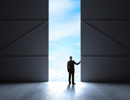 open doors: hombre abrir las puertas a hangar