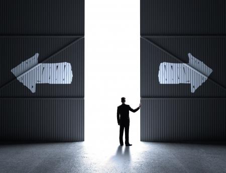 open doors: hombre de negocios abren las puertas a hangar con la flecha de dibujo