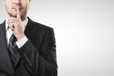 man met de vinger op de lippen om stilte vraagt Stockfoto