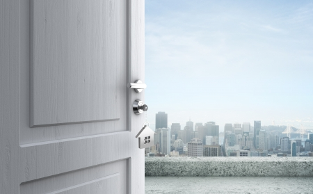 apriva: porta aperta con la chiave nella serratura in citt� Archivio Fotografico